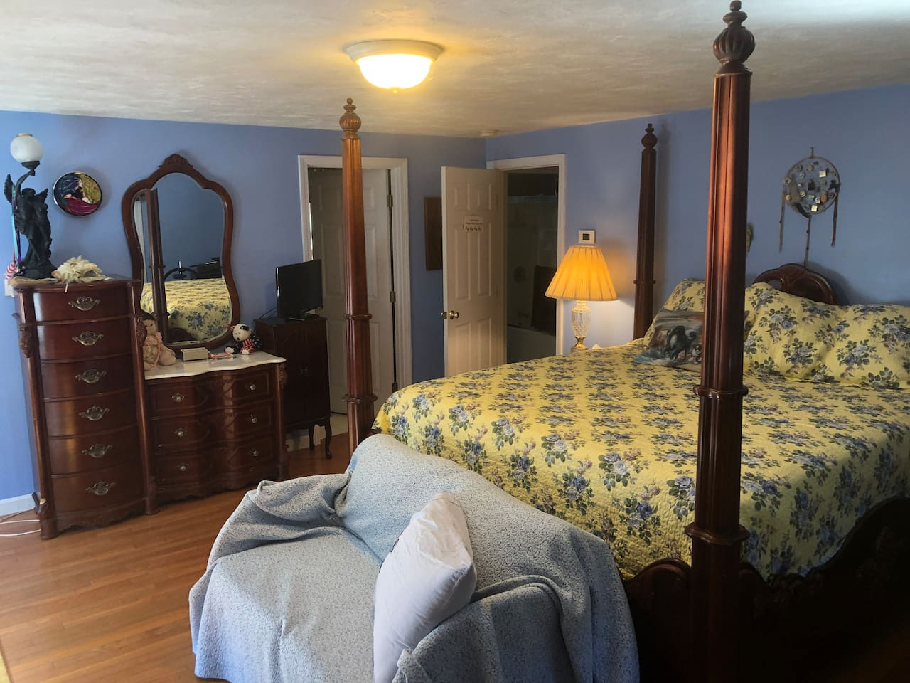 For Dog Lovers only - Private bath and king four poster bed, refrigerator, coffee pot for K cups