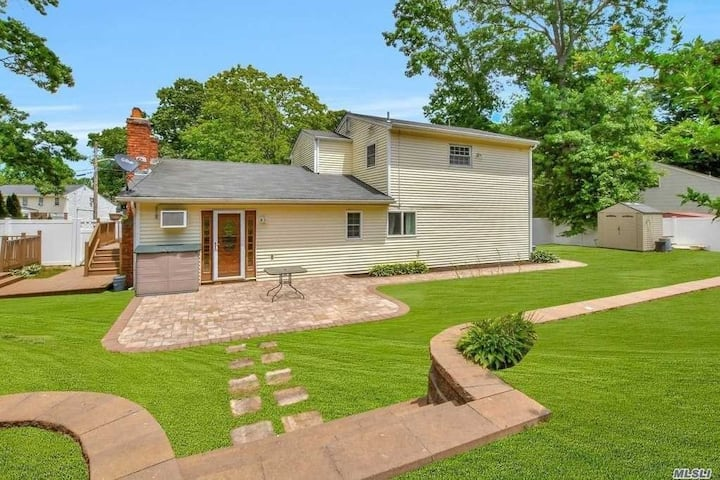 Port Jefferson Sta Home w / Large Backyard & Deck