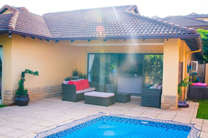 Bright and spacious family home-away-from home - Umhlanga - Dům