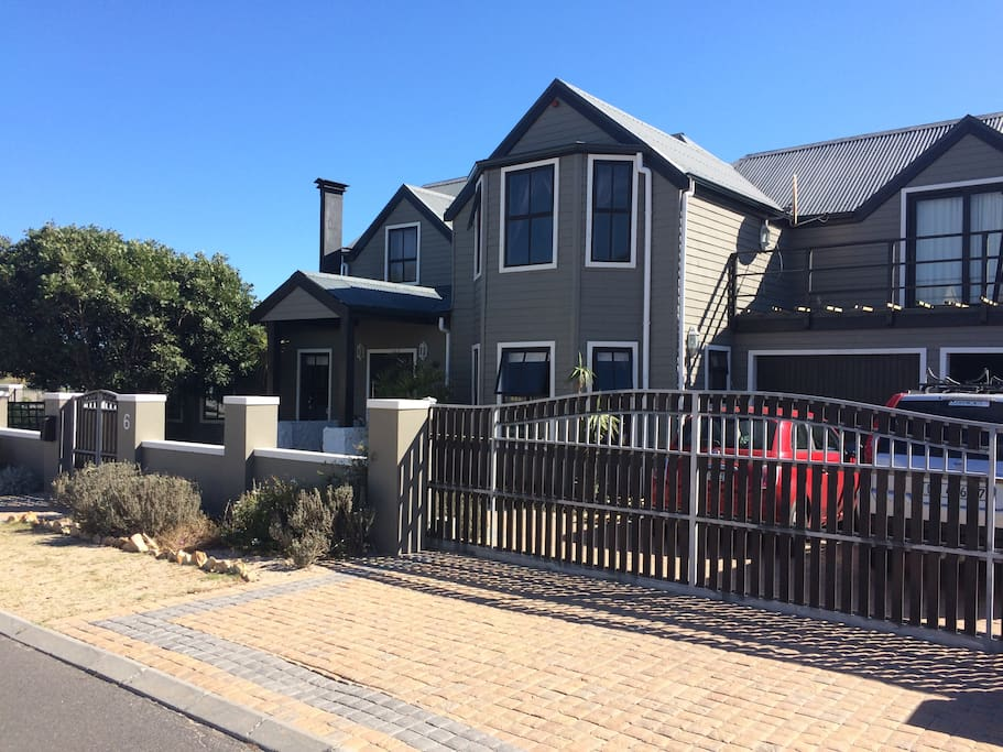 Front of our house, you can park on the patch between driveway gate and pedestrian gate.