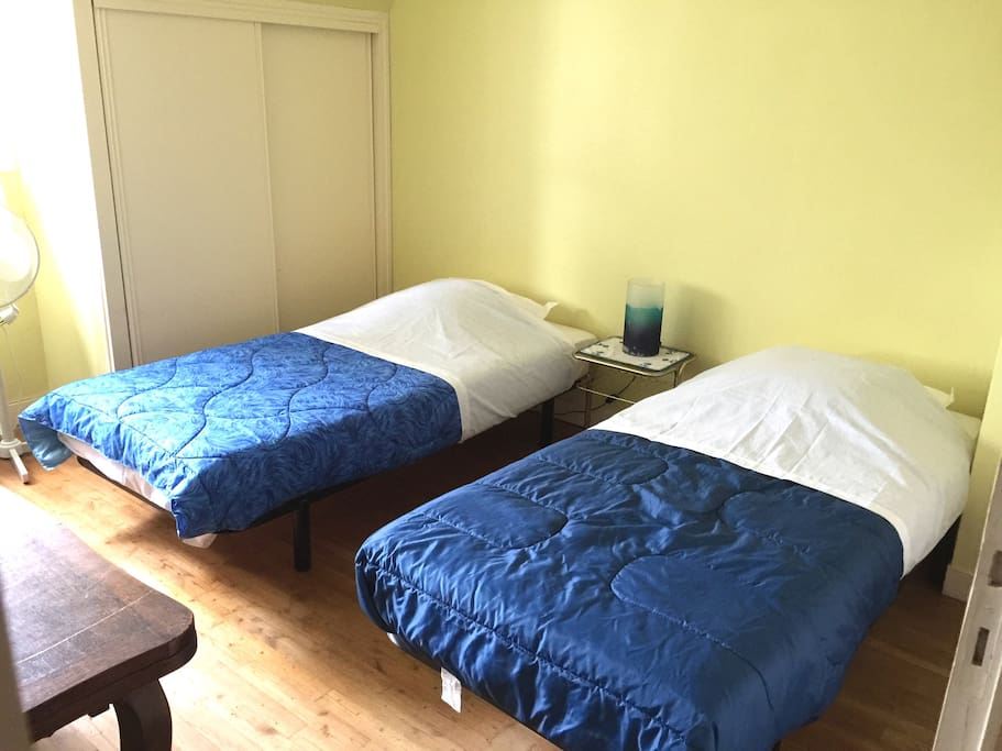 chambre 2 (2 lits 1 place) : 2 penderies, 1 chevet, 1 table, 1 commode