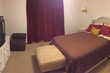 Bedroom With Private Bathroom - Ház