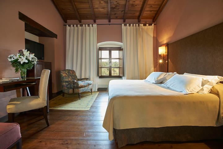 Una de las habitaciones cuenta con cama de matrimonio