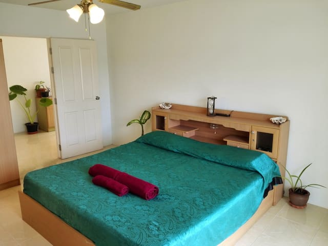 Queen Room 16 sqm. k.size bed, 1Km to Chalong Pier