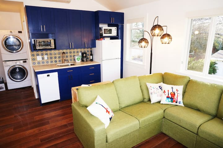 Colorful and Spotless 1BR☆King Bed☆Workspace
