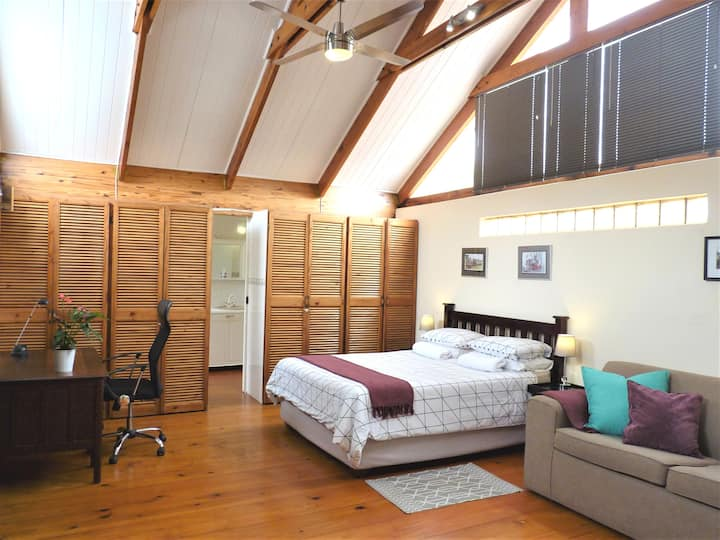 Beautiful & Spacious Loft Apartment - Morningside!