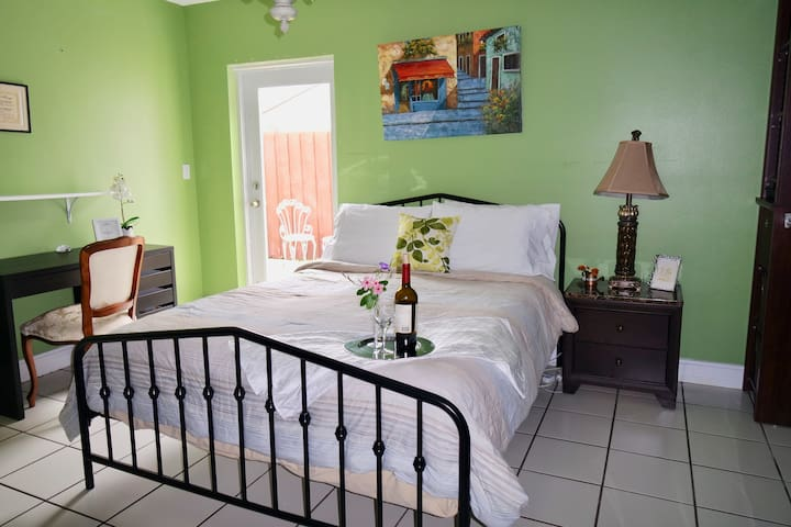 Master Bedroom with Private Bathroom near FIU