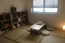 很舒服的茶室,书架上的书吸引了众多的眼球,一般坐下了就不肯走的。