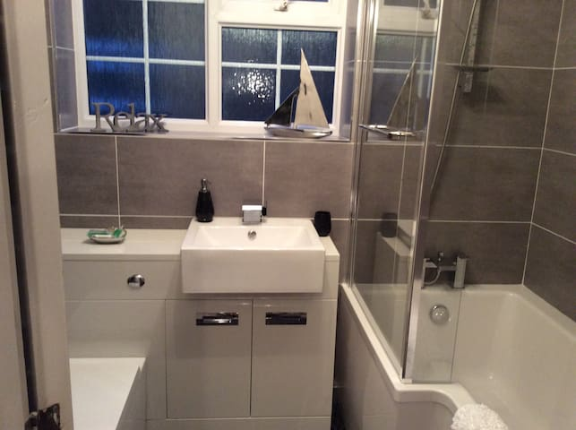 COMFORTABLE ROOM with PRIVATE BATHROOM NEAR YORK