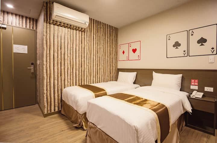 Taichung AAce Hotel- 台中火車站 撲克商旅 經濟雙床房(無窗)