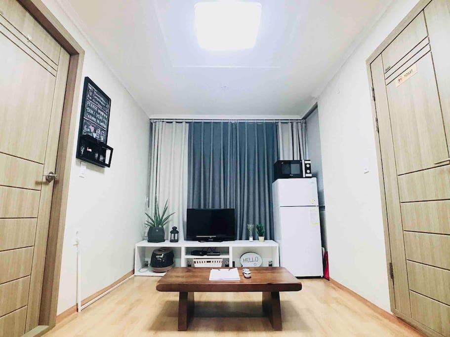 (거실겸 주방) a living room