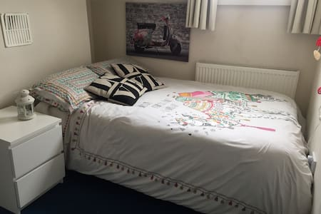 A double room with tv and wifi in Burley - Leeds - 独立屋