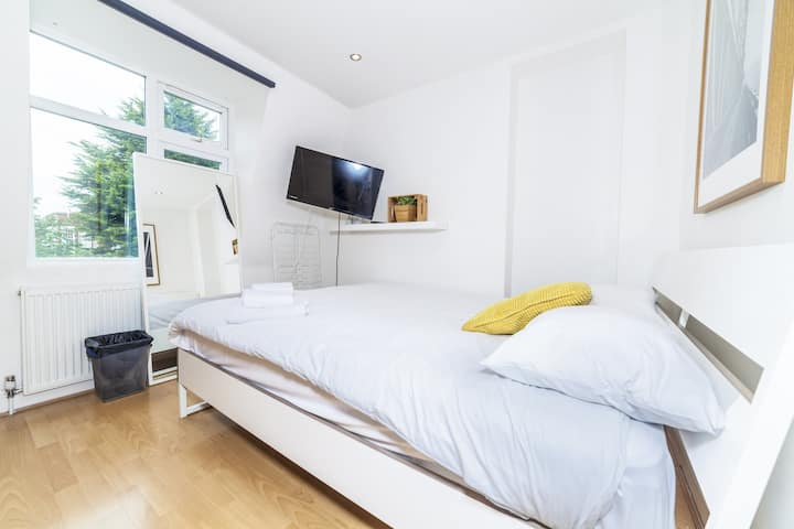 Double Room in Lingwell Road by DC London Rooms 5