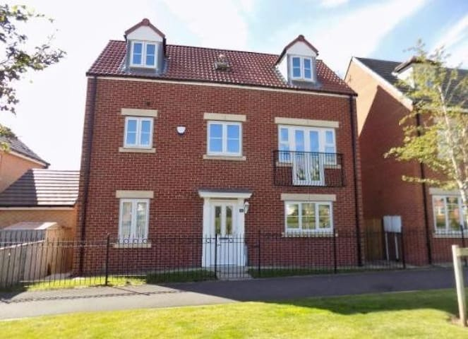 5 bedroom spacious 3 storey detached house