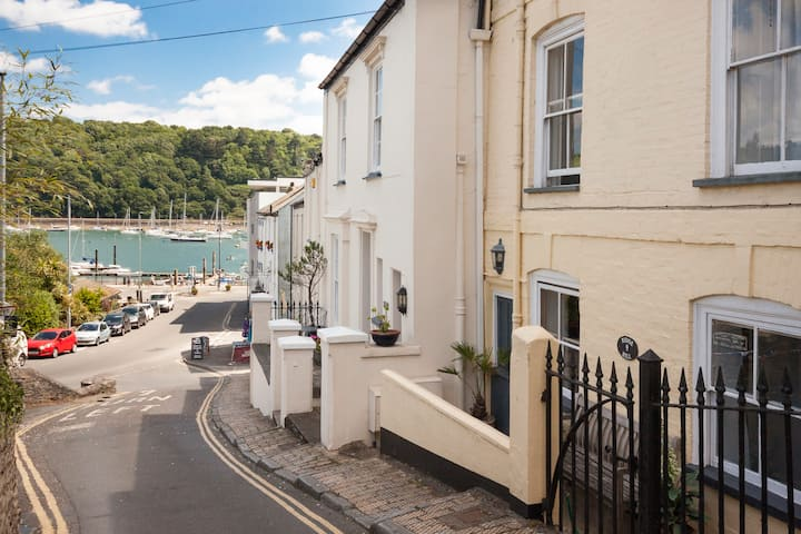 Lovely character cottage, perfect spot, Dartmouth!