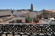 Impresionantes vistas de Málaga, de la Catedral, de Gibralfaro y de la Alcazaba desde el apartamento