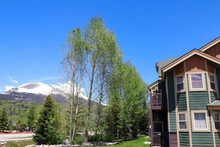 Great Location, Hot Tub, Nice Views. Private Balcony. Grill. Path to Lake.