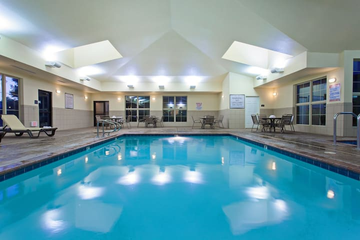 Free Breakfast. Pool & Hot Tub. Perfect for Groups!