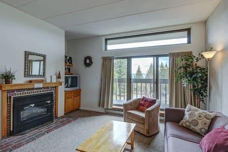 Sunny & bright condo w/ a full kitchen & mountain views - near golf & slopes!