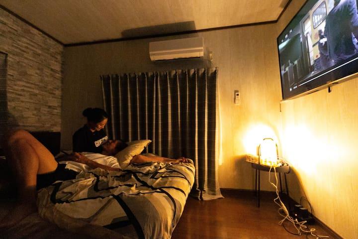 1Fベッドルームシアターは60inchのTV Amazon、NETFLIX見れます