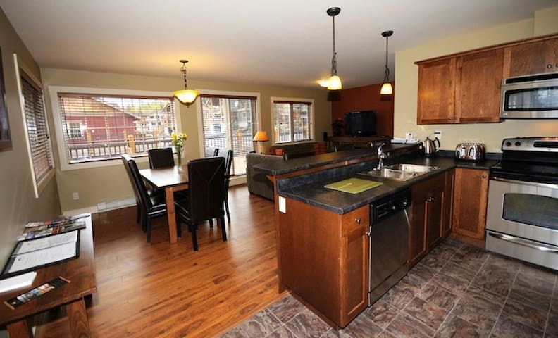 Kicking Horse 2 Bedroom Condo with Deck & Hot Tub - Golden - Townhouse