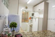 Refrigerador, micro-ondas, forno elétrico, fogão, bombona de água mineral y otras cositas más.