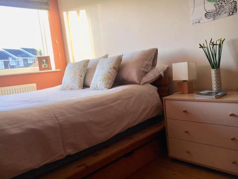 Comfy double bedroom in quiet lane with parking