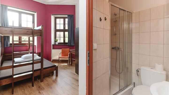 3 osobowy pokój z łazienką i łóżkiem piętrowym