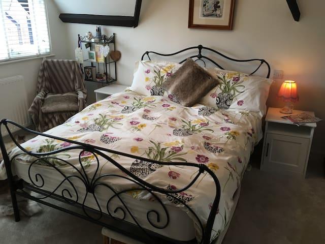Spacious en suite bedroom in G2 listed cottage