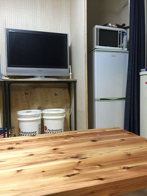 Large TV, refrigerator, range.