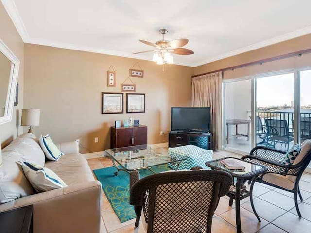 Spacious Condo, Beach chairs and umbrella included, Gulf-front