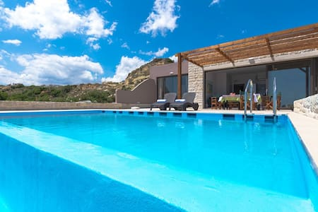 Waterfront villa & Private pool Next to Tavern 2 - Chania