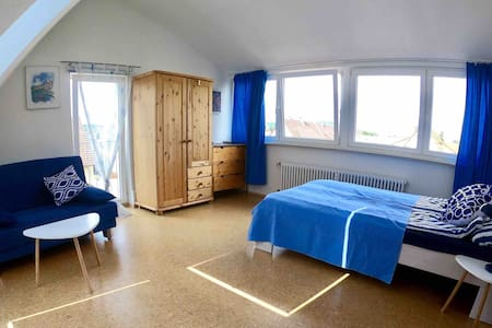 Helle Dachwohnung mit Schlossbergblick