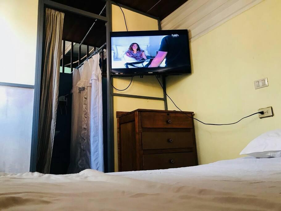 Vista desde la Cama  el Tv de 42 pulgadas y entrada al Baño