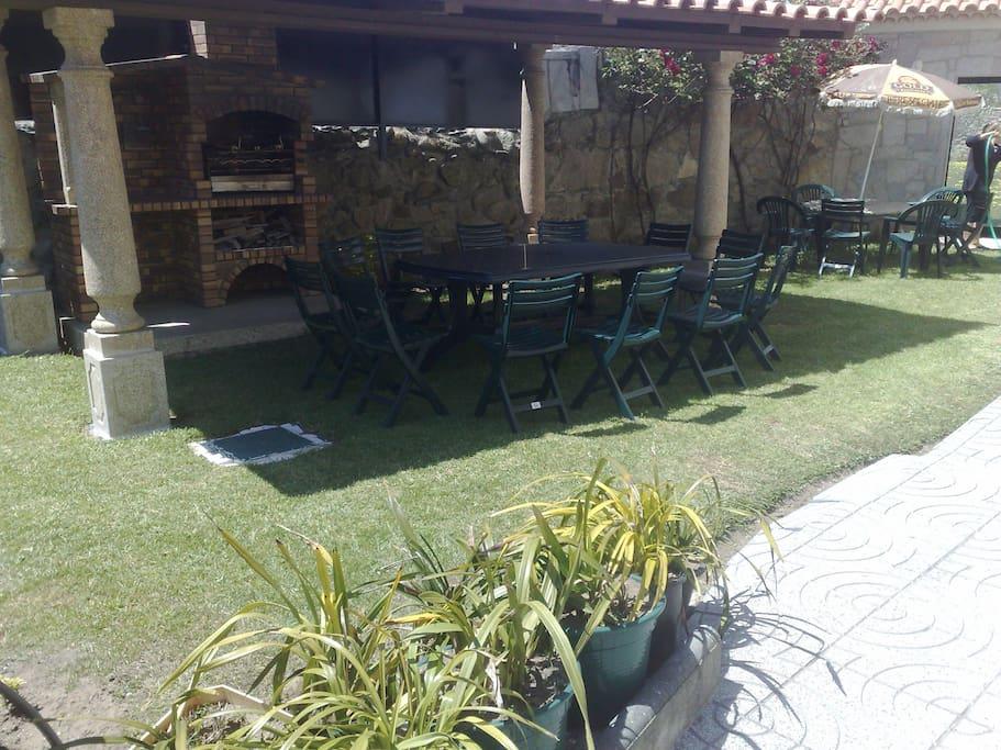 jardin avec barbecue et table pour manger