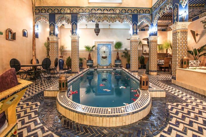 Chambre rouge avec vrai piscine Riad Marrakech .