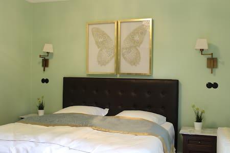 Schlafzimmer mit Queen-Size Bett und Zugang zur Dachterrasse