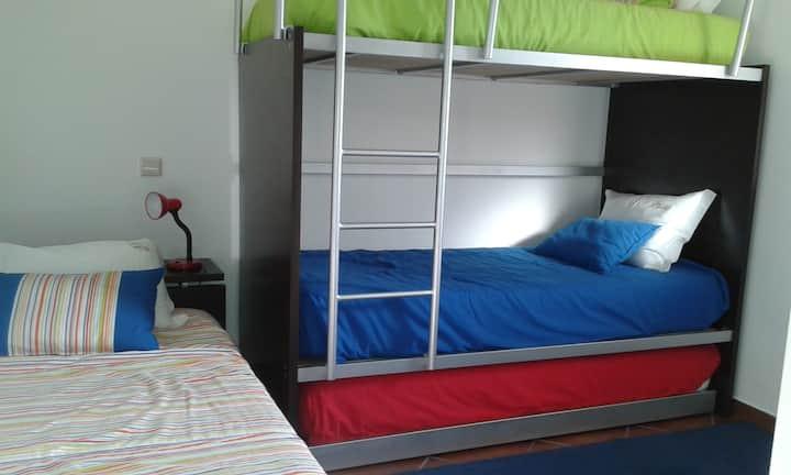 Casa eira-beliches com 4 camas, mas só dormem 3.
