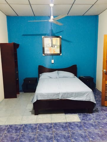 Private Room near Airport and Downtown Home stay.