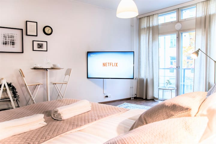 ⭐Central Station Studio | French Balcony & Netflix