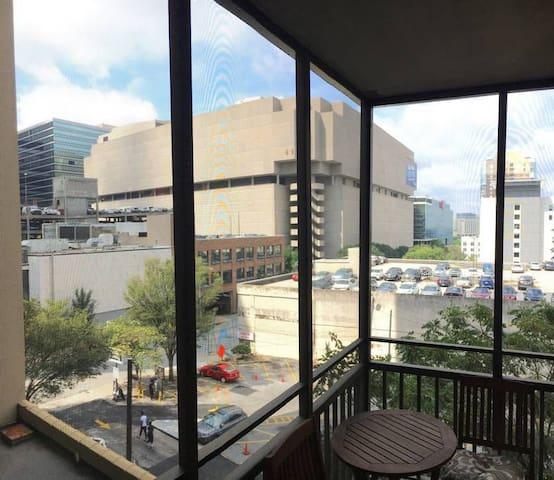 4th Floor Atlanta City View 1BR Condo w/ Balcony