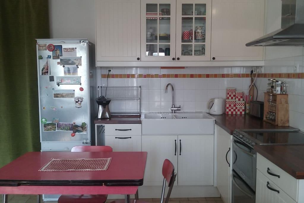 Espace cuisine avec grand frigo/congélateur, plaques et four électriques, lave-vaiselle…