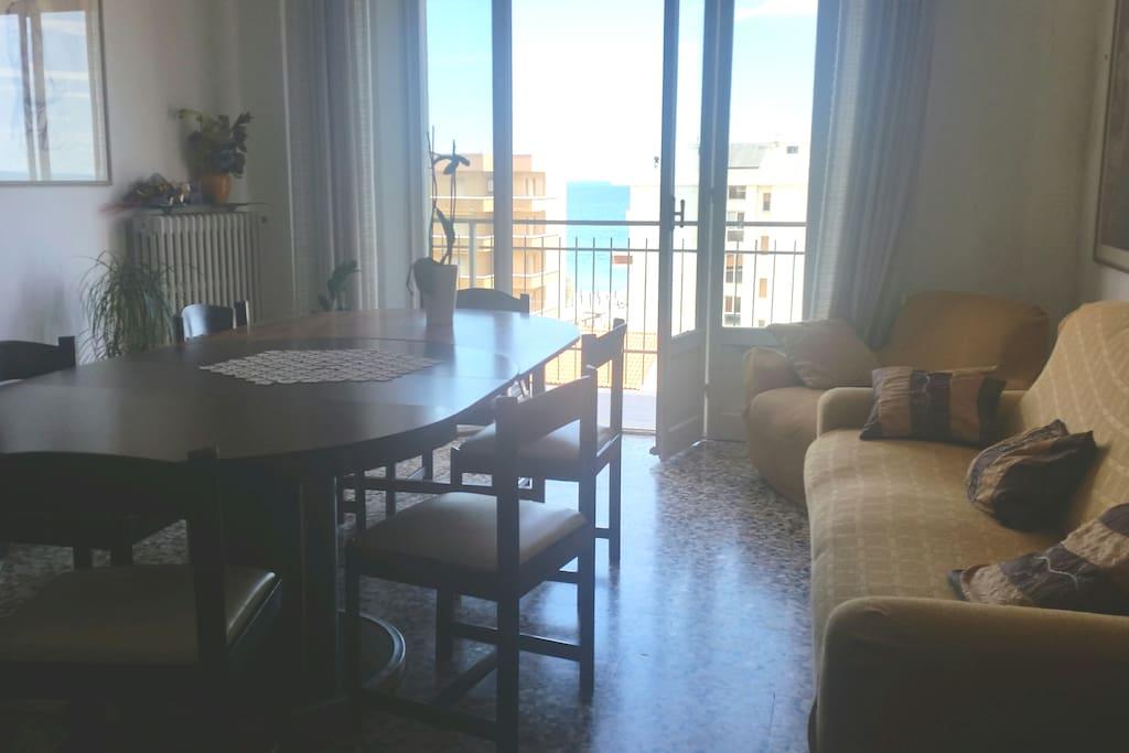 Soggiorno vista mare fino ad Ancona, luminoso e arieggiato, con grande porta-finestra che dà sul balcone.