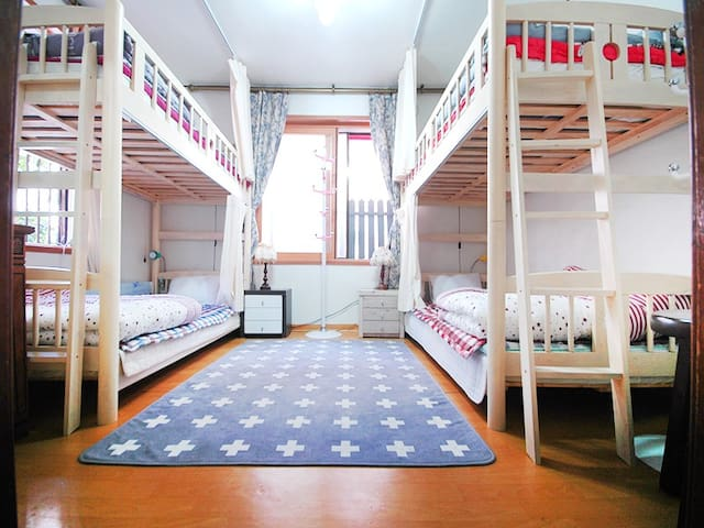 Twin bed ( 2persons only)