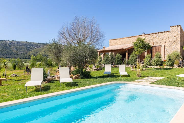 Cozy finca with pool at the foot of the mountains