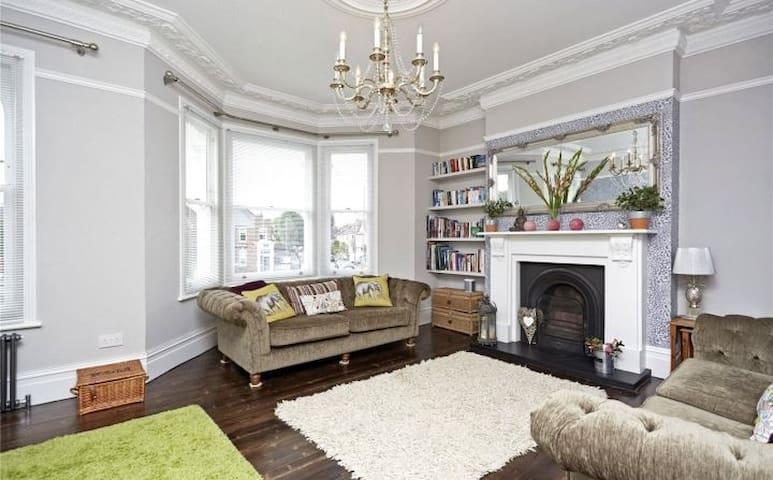 Elegant home RiverThames.Easy for central London!