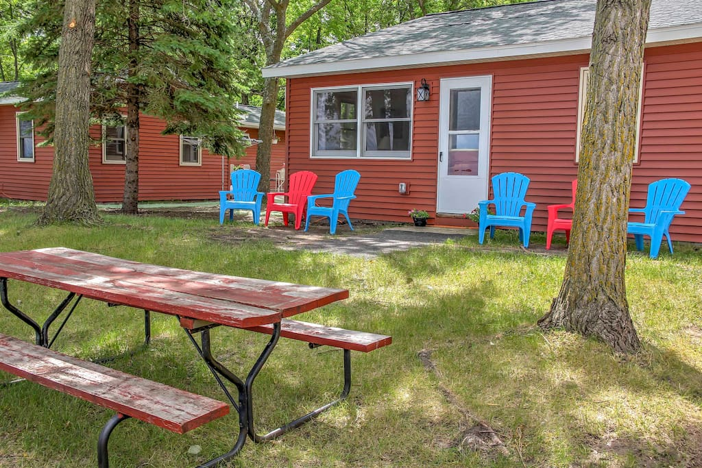 The cabin is situated right on the shores of Diamond Lake and offers numerous outdoor amenities for your enjoyment.