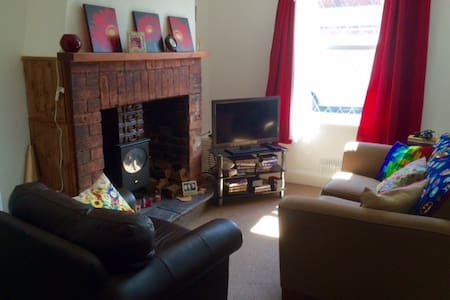 Cosy single room in town center terraced cottage - Neston
