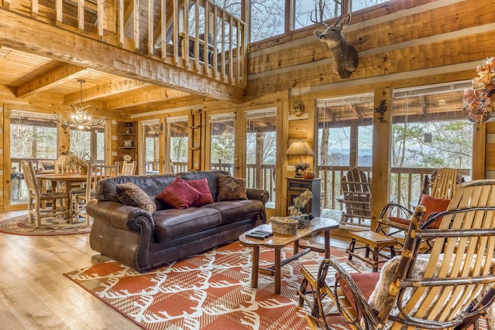 Secluded retreat with mountain views, private hot tub, and pool table!