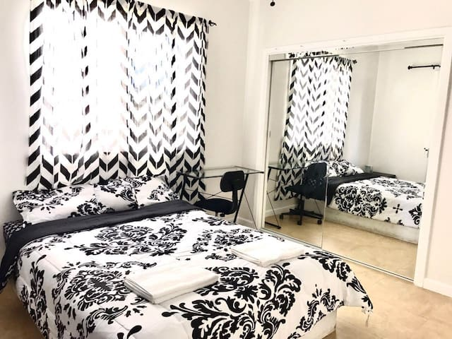 Large Room~ Nearby Everything - Honolulu